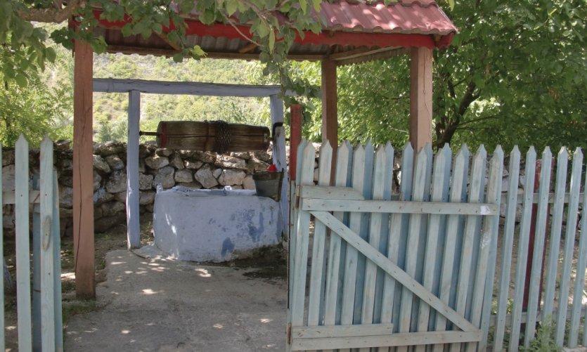 Puits de village, toujours très usité dans les campagnes sans eau courante.