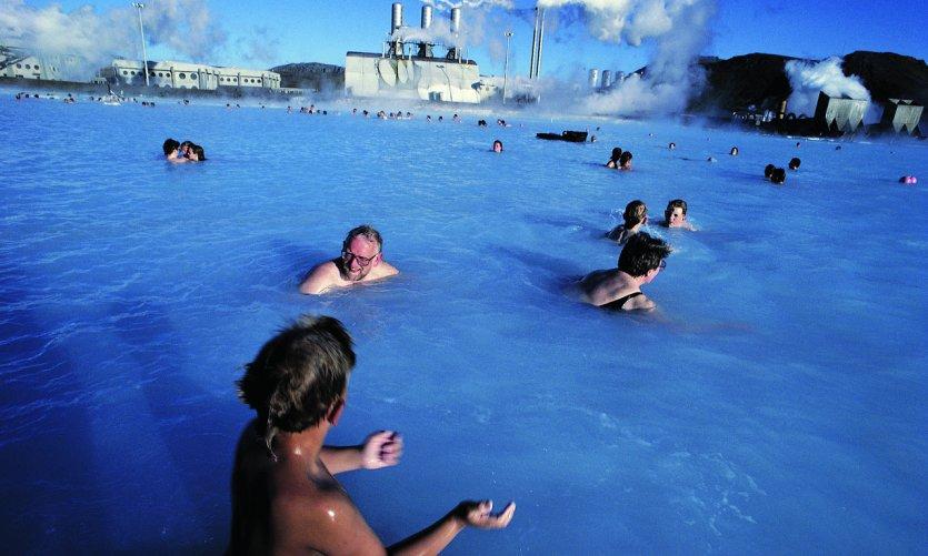 <p>Baignade dans les eaux du Lagon Bleu.</p>