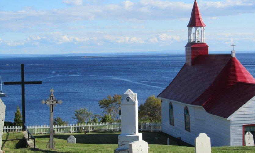 Petite chapelle de Tadoussac et le Saint-Laurent.