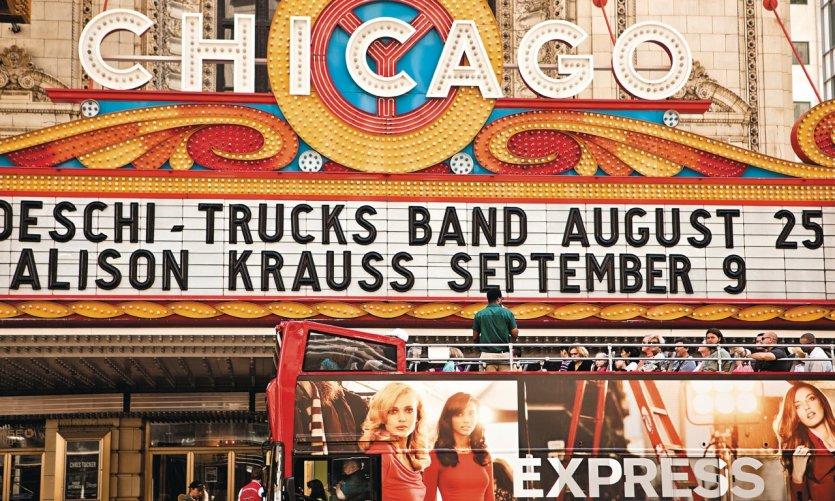 Tour bus devant le Chicago Theater