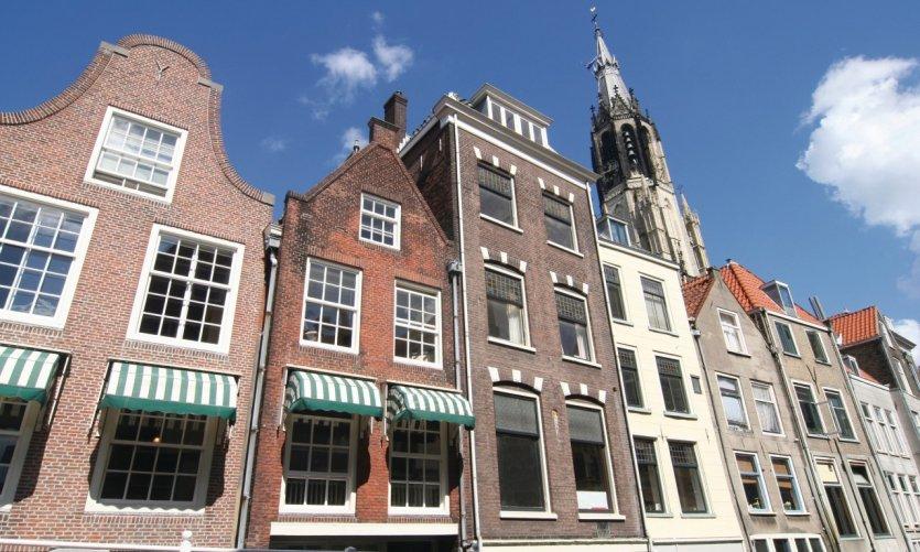 Façades historiques et flèche de la Nieuwe Kerk, à Delft.