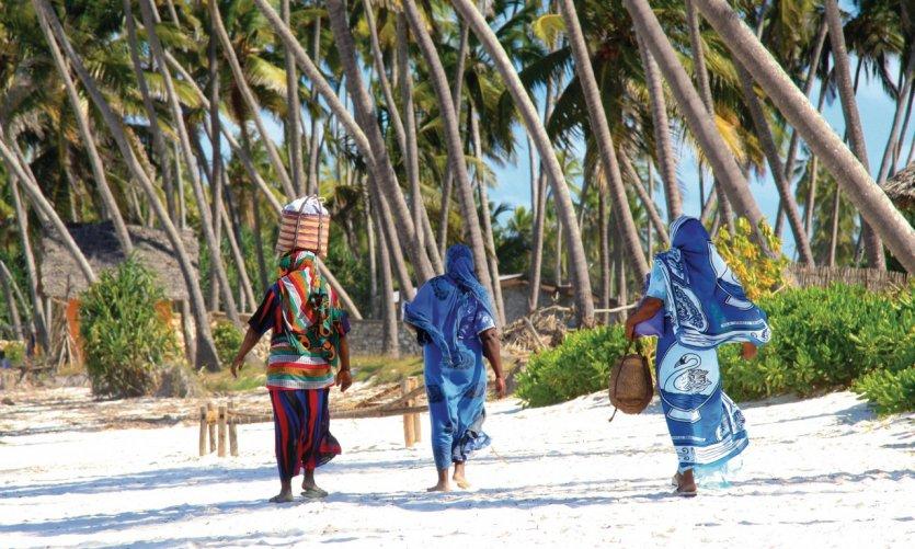 Femmes de Zanzibar sur une plage de sable.