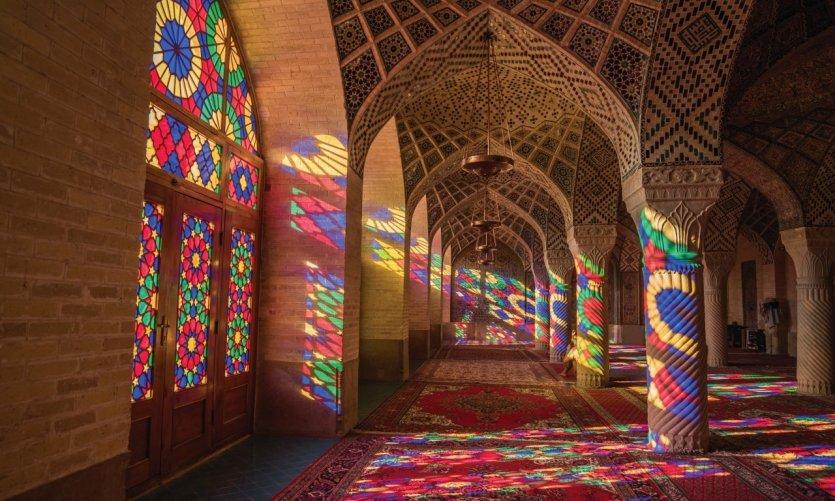 <p>Jeux de lumières et vitraux dans la mosquée Nasir-al-Molk</p>