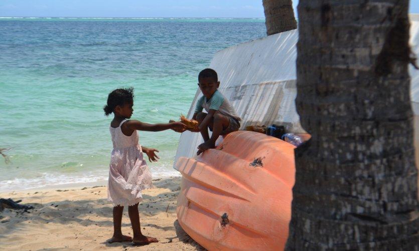 Enfants sur la plage de Mana Island.