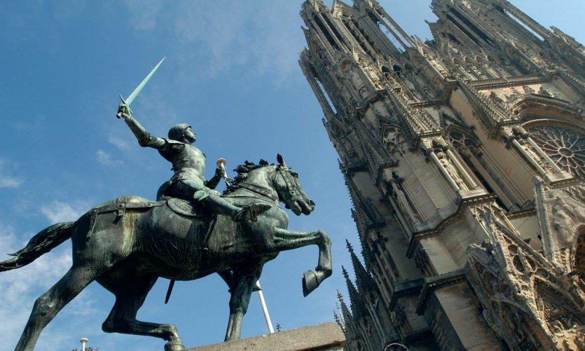 Statue de Jeanne d'Arc devant la cathédrale de Reims