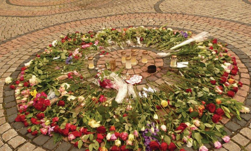 En mémoire des victimes de l'attentat et de la fusillade du 22 juillet 2011 à Oslo.