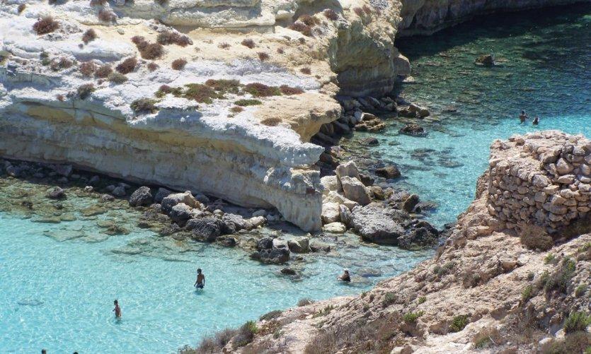 Baignade dans les eaux de Lampedusa.