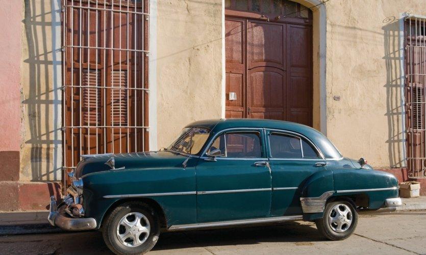 Voiture ancienne dans les rues de Trinidad.