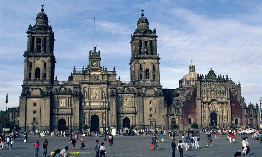 Plaza de la Constitución (El Zócalo) bordeada por la catedral de México.