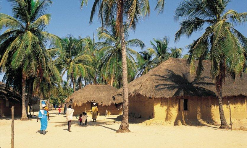 Huttes sur une plage de Casamance.