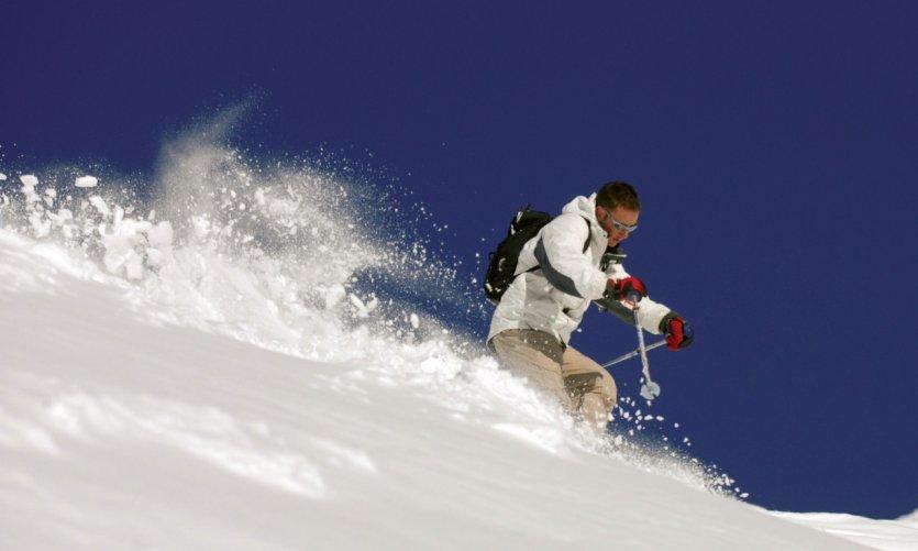 Skieur sur les pistes enneigées des Hautes-Pyrénées