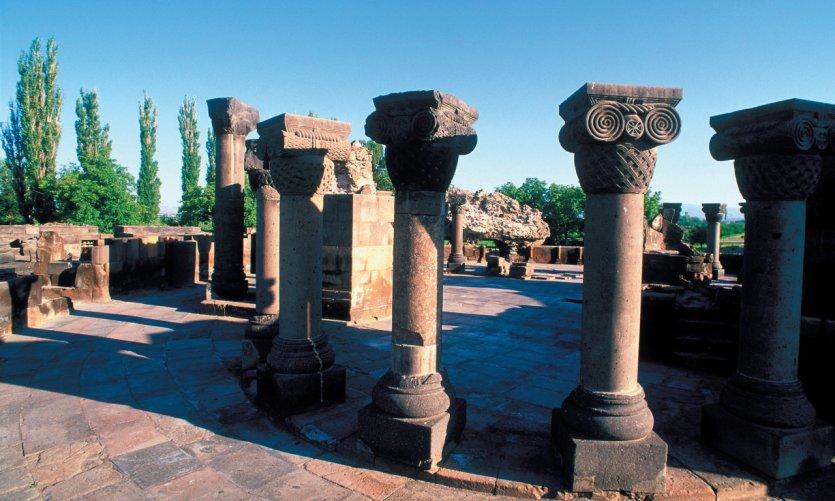 Colonnade à la base de la cathédrale en ruine de Zvartnots en voie de restauration.