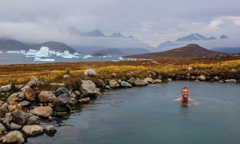 Source d'eau chaude avec vue sur les icebergs sur l'île d'Uunartoq.