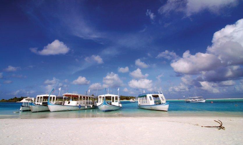 Dhonis mouillant sur une plage des Maldives.