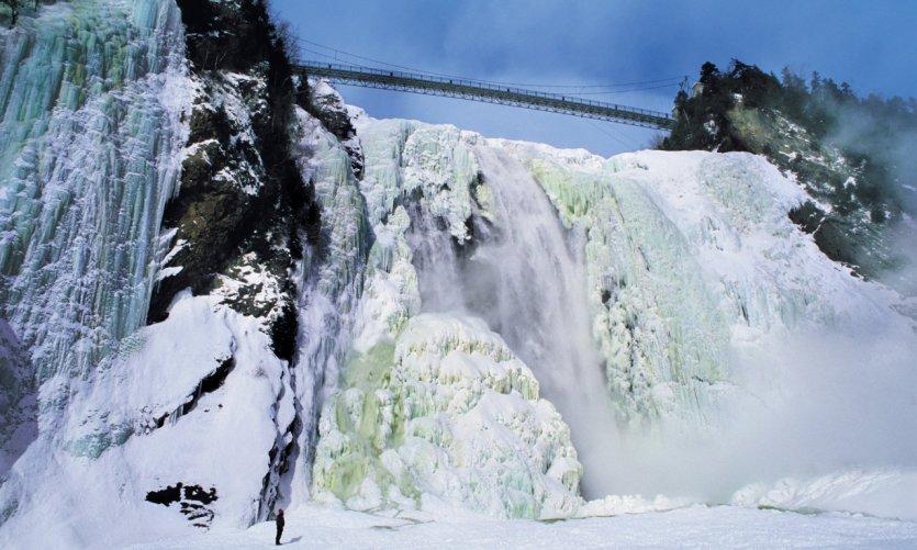 Chute Montmorency gelée en hiver.