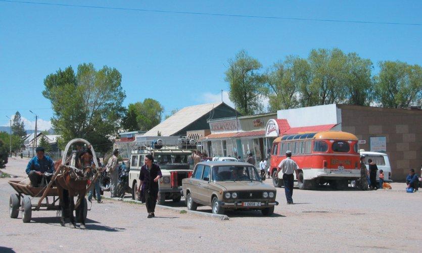 Ville d'étape sur la route qui longe le lac Issyk-Kul au Sud, près de Barskoon.