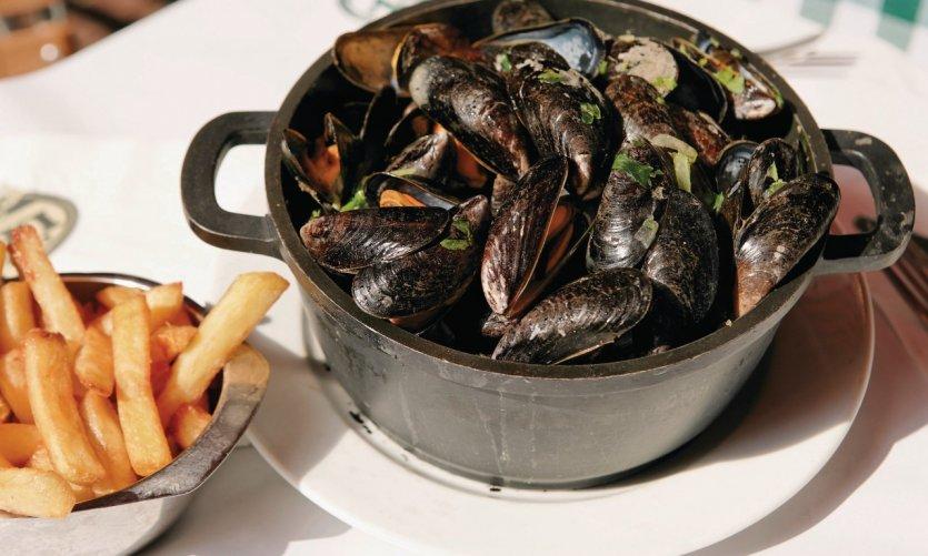 Moules marinières et frites, deux spécialités culinaires belges.