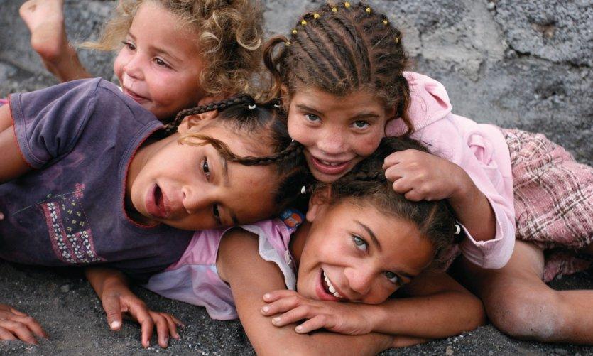 De jeunes soeurs jouent après l'école dans les rues du village de Chã das Caldeiras.