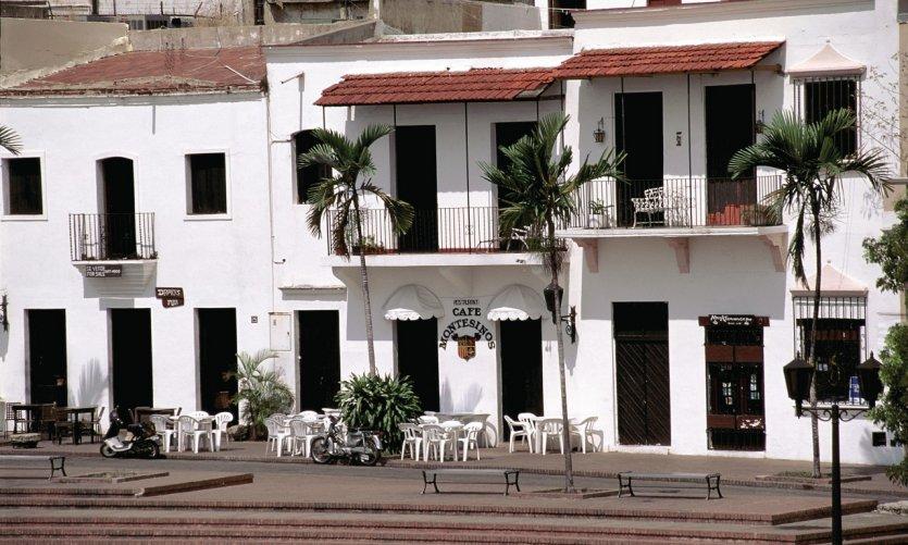 Café sur la place de l'Alcazar de Colón.