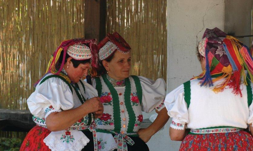 Femmes en costume traditionnel.