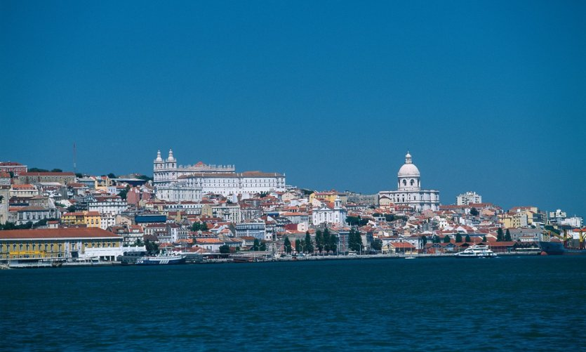 Ville de Lisbonne vue depuis le Tage.