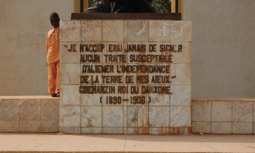 <p>Citación grabada al pie de la estatua del rey Béhanzin.</p>