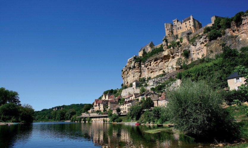 Le château de Beynac, dominant la ville de Beynac-et-Cazenac