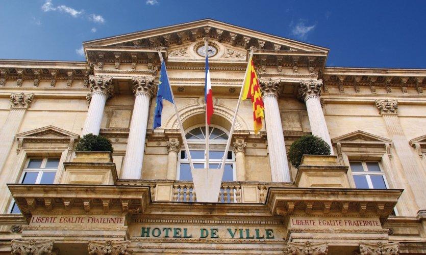 Fronton de l'hôtel de ville d'Avignon