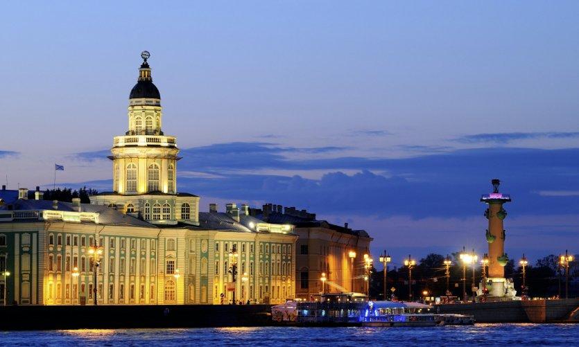 Saint-Pétersbourg de nuit.