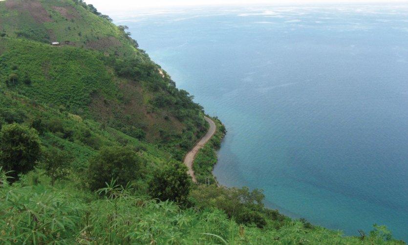 La corniche littorale vers le cap Mvugo.