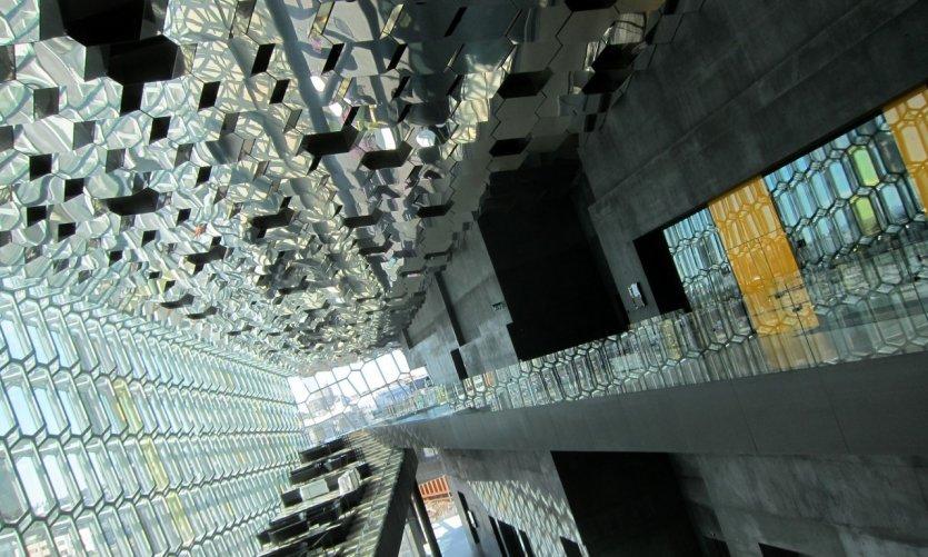 Le cabinet d'architecture danois Henning Larsen et l'artiste danois Olafur Eliasson ont crée Harpa.