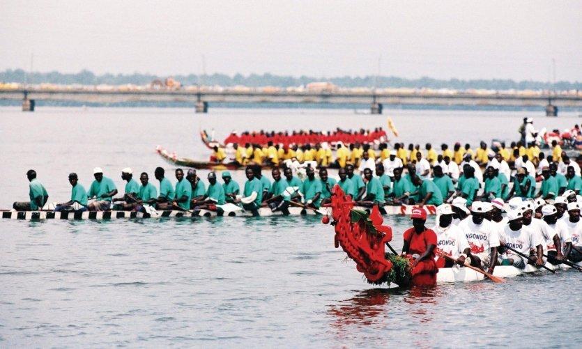 Le Ngondo, fête traditionnelle du peuple Sawa (peuple de l'eau) - Course de pirogue.