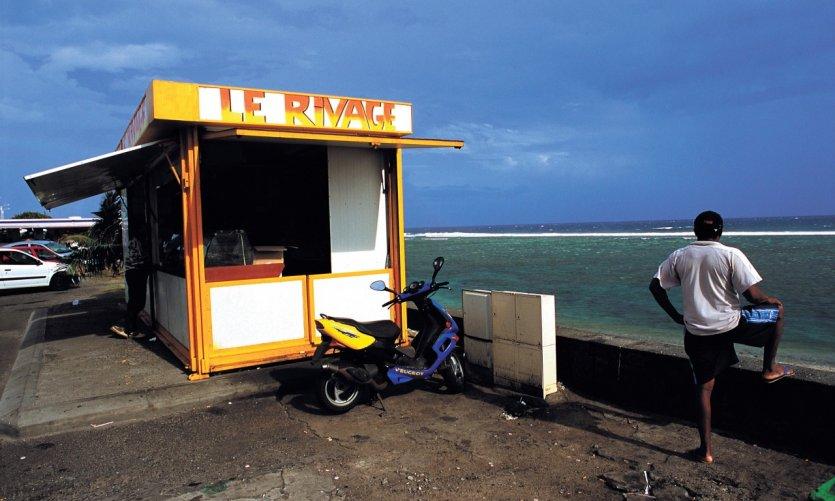 Camion-bar en bord de mer