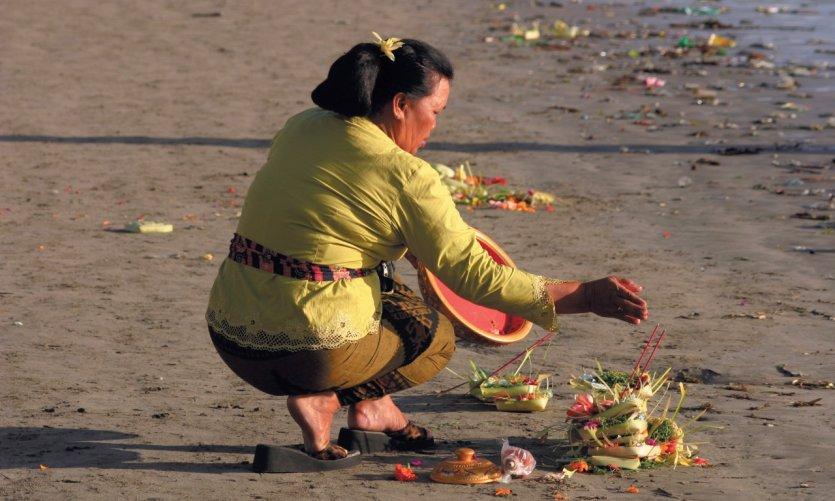 Femme déposant des offrandes lors de la cérémonie du Galungan.