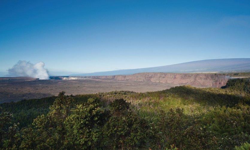Point de vue sur le cratère Halemaumau et le Mauna Loa.
