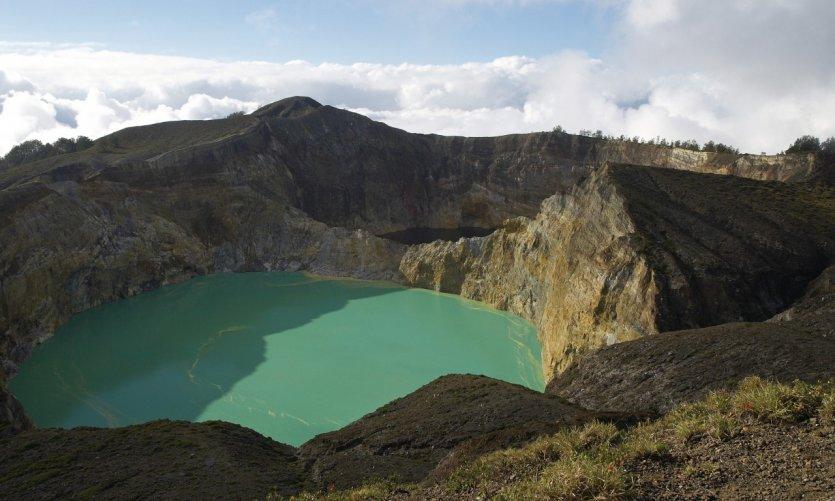 Lac de couleur du cratère du Kelimutu.