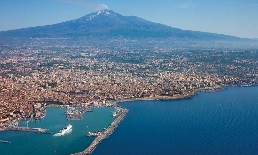 Survol de la ville de Catane et du volcan Etna.