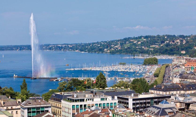 Vue de Genève, du lac Léman et du Jet d'eau depuis la cathédrale Saint-Pierre.