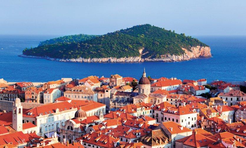 Dubrovnik fait face à l'île de Lokrum.
