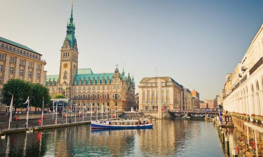 L'hôtel de ville de Hambourg et la rivière Alster.