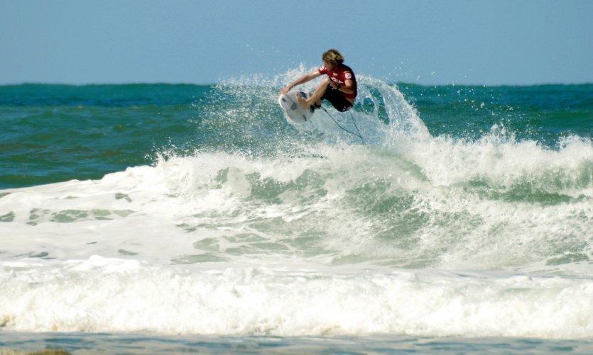 Surfeur sur les vagues de l'océan - Lacanau.