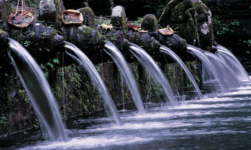Les bains sacrés de Tampaksiring servant à se purifier.