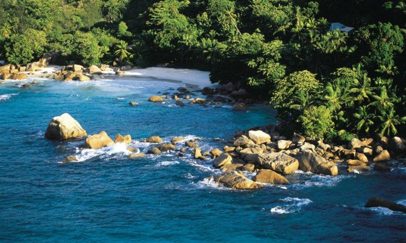 Survol des côtes seychelloises.