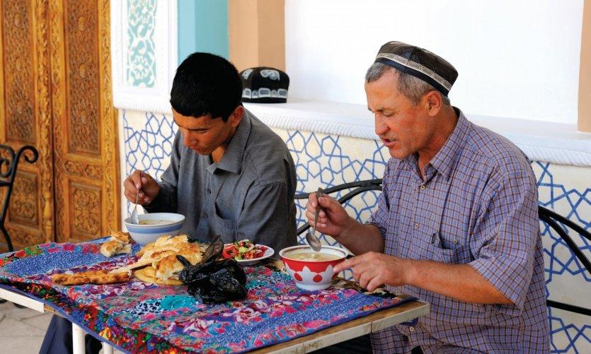 Gardiens de la mosquée Khazret Khizr en pleine pause repas.