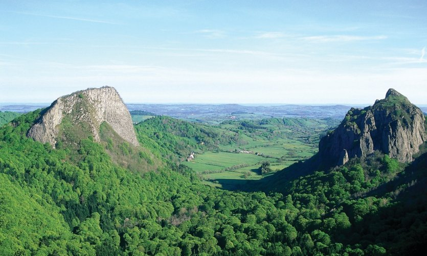 Les roches Tuilière et Sanadoire et la vallée de Gros