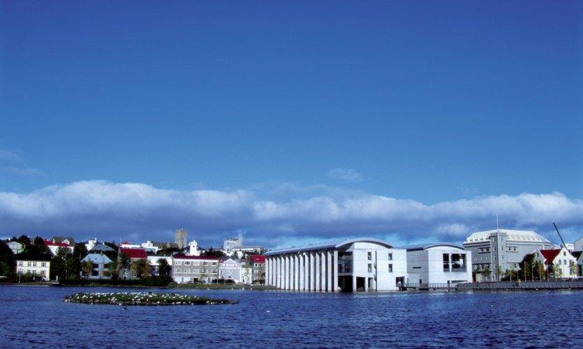 Lac Tjörnin, hôtel de ville.