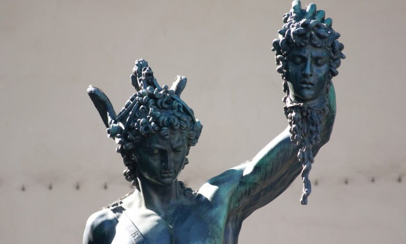 Piazza della Signoria, la Loge des Lanzi: statue de Persée brandissant la tête de la Méduse.