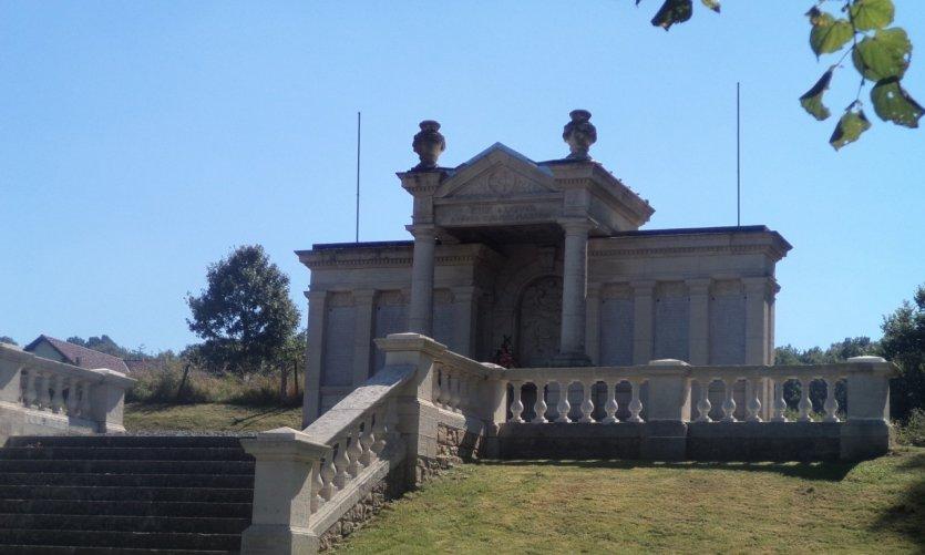 Monument aux 70 fusillés de Ethe.