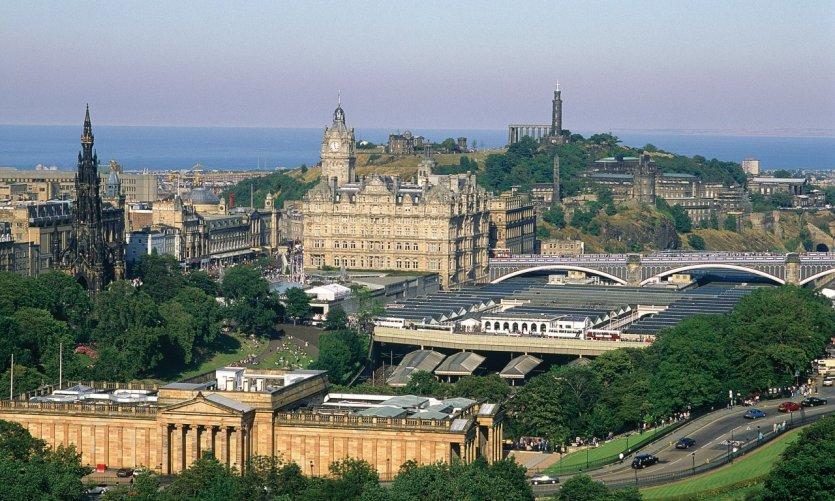 Édimbourg porte fièrement son statut de capital écossaise.