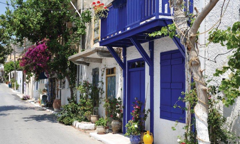 Petite rue aux couleurs typiques de la Grèce, ici à Myrtos.
